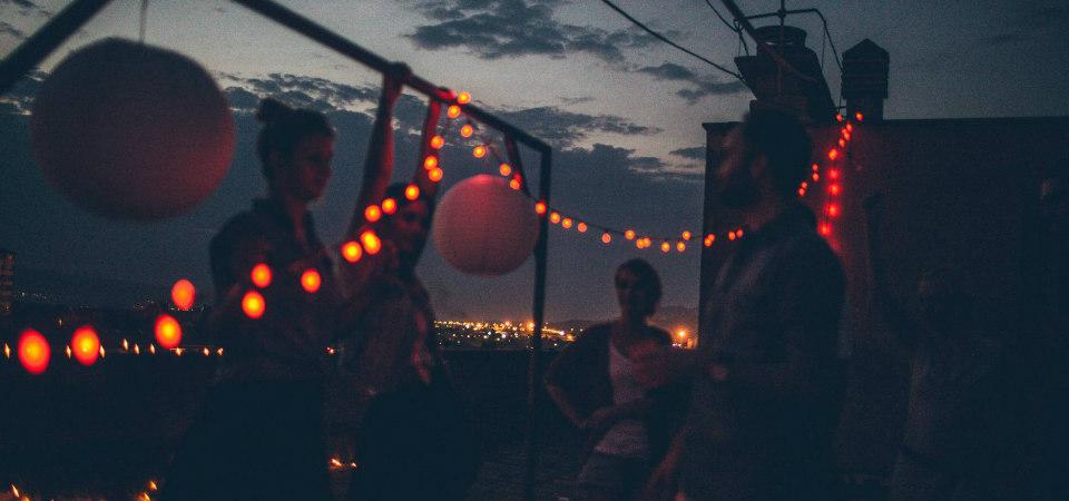 fête sur une terrasse avec guirlandes rouges