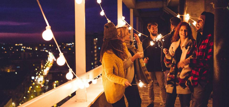 fête sur un balcon guirlandes et lumières